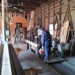 粗挽き製材中の材木