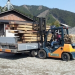 材料検査中の材木