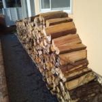 次シーズンに備えて薪の納品をしました。