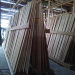 天然乾燥の板は立て掛けして乾燥促進します。