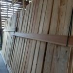 杉原板の立て掛け天然乾燥をしています